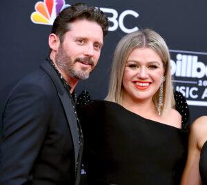 Kelly Clarkson seeks divorce